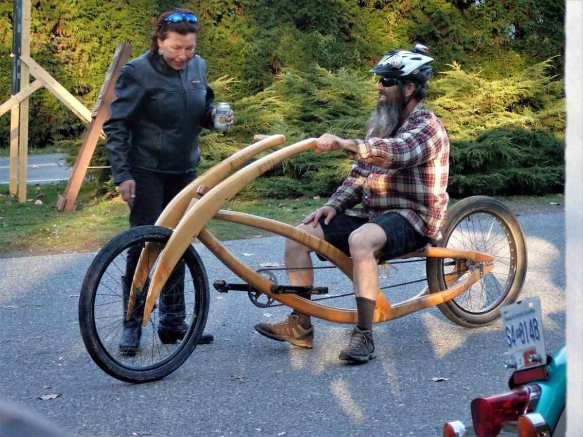Harley kører og træcykel bygger og kører