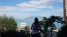 """""""Nachdenklich blickte sie auf den Gardasee und dachte über den Sinn des Lebens nach."""""""