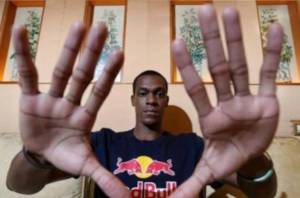 Rajon Rondo's hand length measures 9.5 inches and his hand span measures 10 inches.