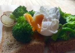 healthy-breakfast-broccoli-&-poached-egg-toasts