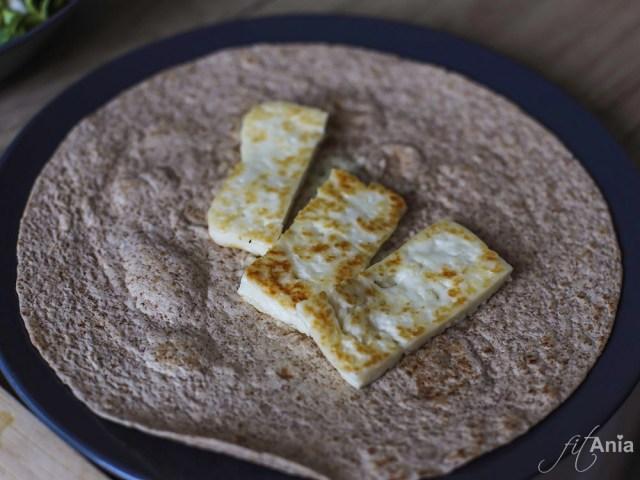 Ser halloumi na pełnoziarnistej tortilli
