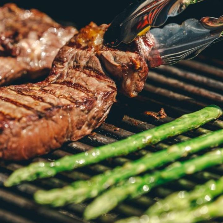 grilled steak and low carbohydrate vegetables is part of the best diet for men
