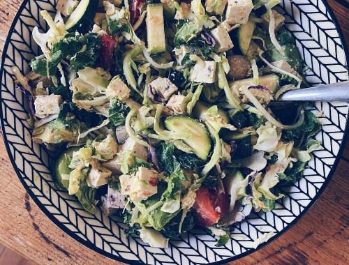Salade de chou frisé avec tofu et hummus