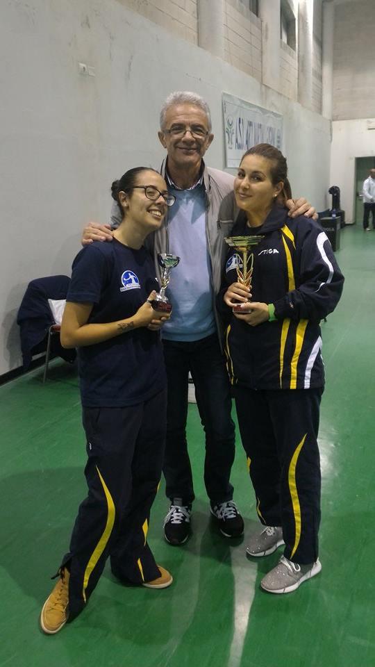 Il presidente dell'Azzurra Gianni POmata con Martina Mura e la vincitrice Giorgia Luna Aprile (Foto Barbara Deidda)