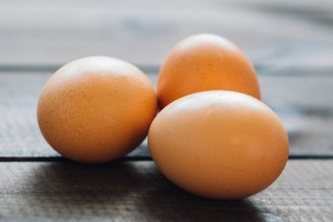 picture of 3 eggs