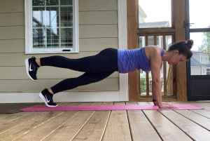 woman doing circle toe plank