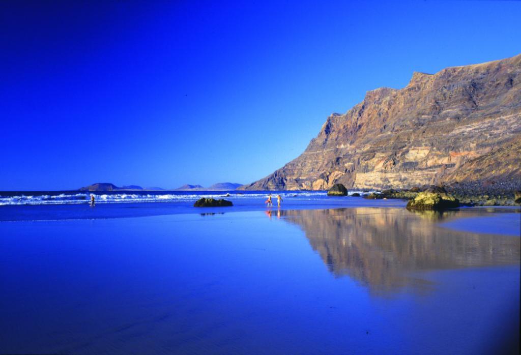 isole-canarie-spiaggia-famara-mare