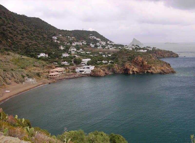 Isole della Sicilia - Panarea: Cala Milazzese e la sua spiaggia di sabbia