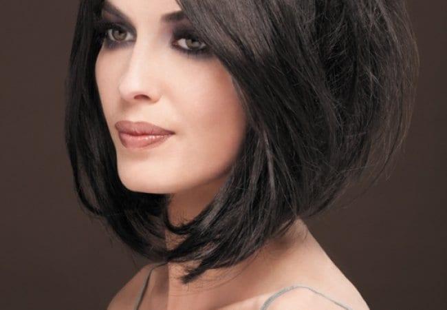 Taglio di capelli asimmetrico lungo