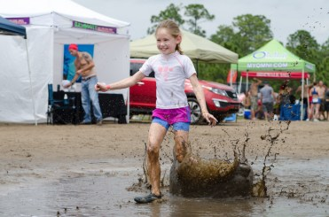 girl-splashing-in-mud-badass-bash