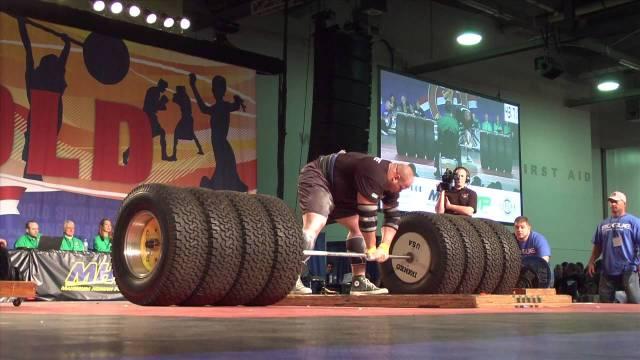 Brian Shaw se prépare a faire un deadlift avec des pneus