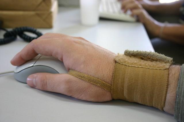 L'utilisation d'une souris quotidiennement peut provoquer ce que l'on appelle un mouse elbow.
