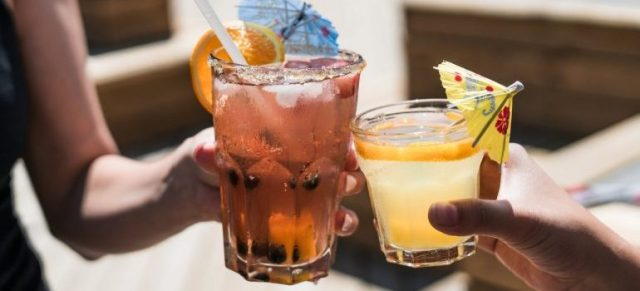Two people drinking cocktails, contrary to proper diet & nutrition for fitness.