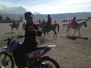 Selain kuda, kita bisa menaiki motor trail. Ada @si_enthon9!