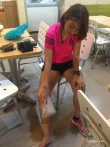 Mnegompres lutut yangs edang cedera dengan es pasca berlari di latihan terakhir menjelang MBM.
