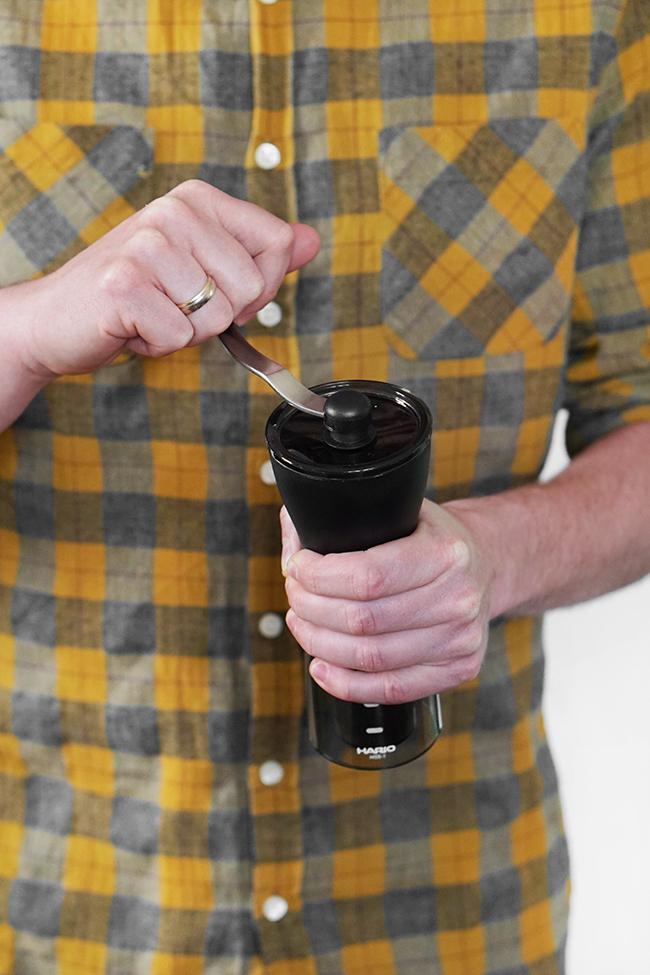 Młynek ręczny do kawy. Mielenie kawy.