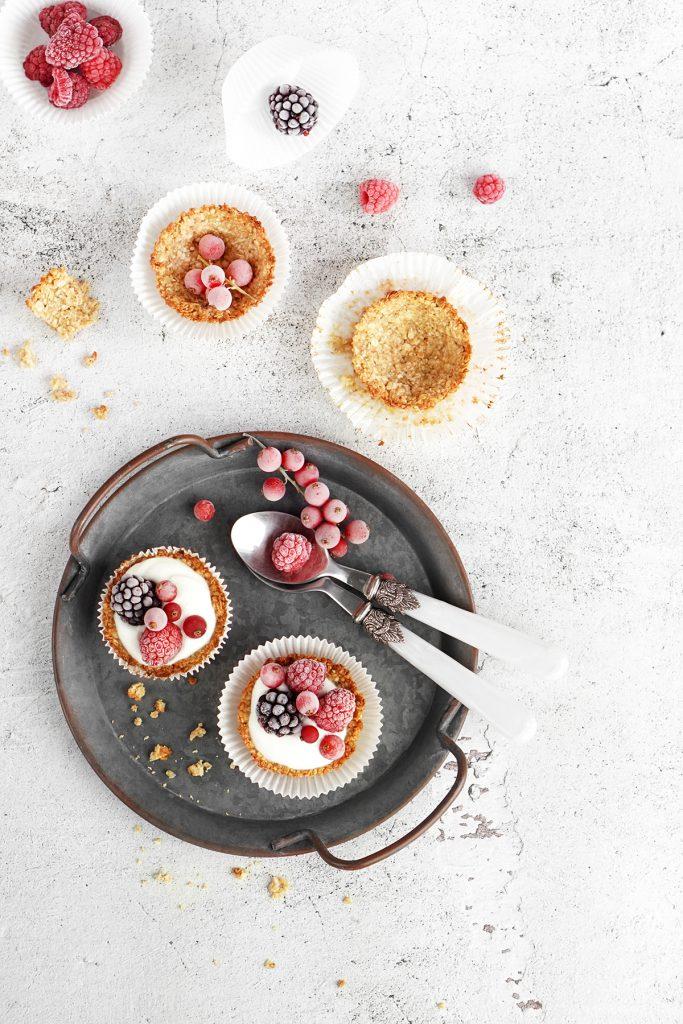 Owsiane koszyczki z jogurtem i owocami