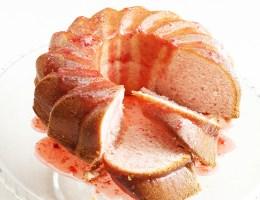 Wielkanocna babka truskawkowa