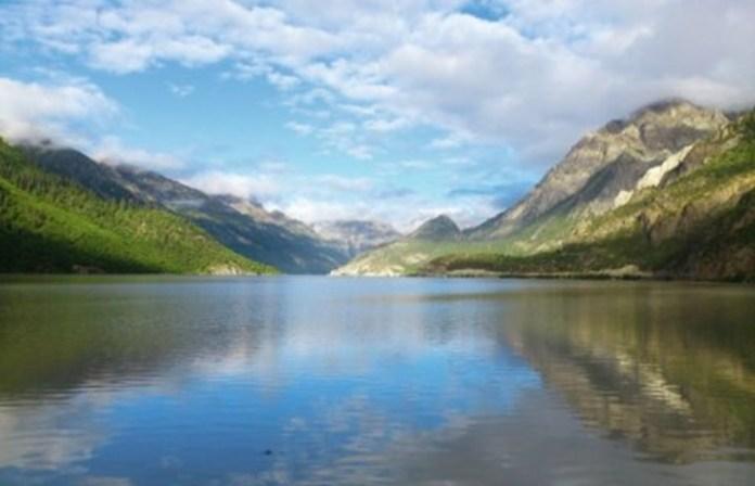 然烏湖位於西藏昌都地區八宿縣境內,是帕隆藏布江(雅魯藏布江支流)的源頭。