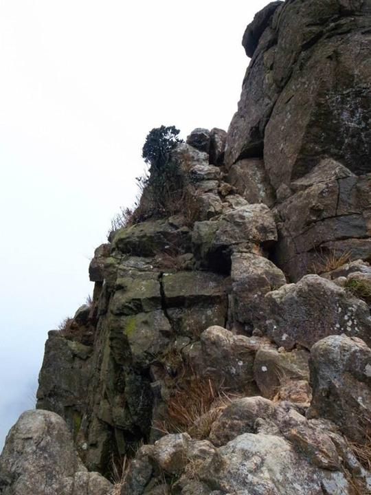 一線生機兩旁均是懸崖,只可於右側繞過,旁邊就是懸崖,是全段最驚險之處