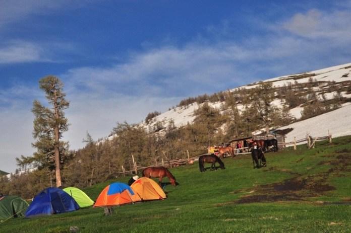 趁天色稍為好轉,趕緊紮好營。營地位於斜坡,躺著會向下滑!(圖片來源:柏崙)