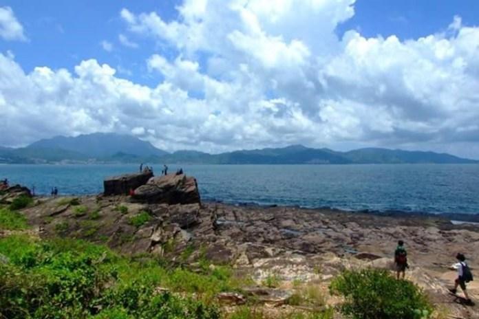 更樓石外型方整,聳立在海蝕平台上(圖片來源:小昭)