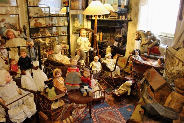 Museum room with Victorian dolls.