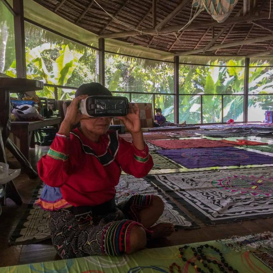 Shipibo elder reviewing a 360 Video experience in the Amazon