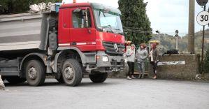 """Borzoli: i camion diretti a Scarpino devastano muri e automobili. I residenti: """"Siamo prigionieri in casa nostra"""""""