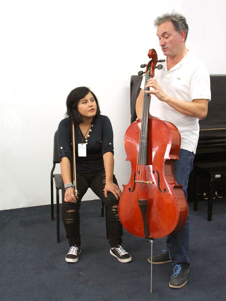 Iñaki Etxepare con alumna durante masterclass FIV León 2018