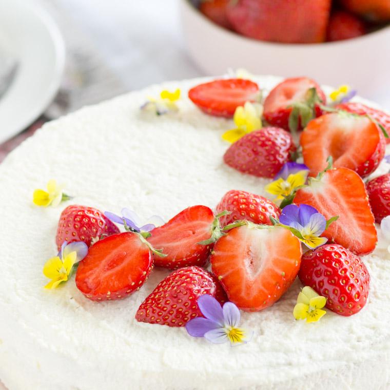 nyttigare-jordgubbstarta-vegansk-glutenfri-och-utan-vitt-socker-av-anna-winer-06-jpg.jpg