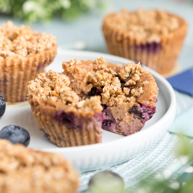 glutenfria-och-veganska-blabarsmuffins-med-havresmul-av-anna-winer-03-jpg.jpg