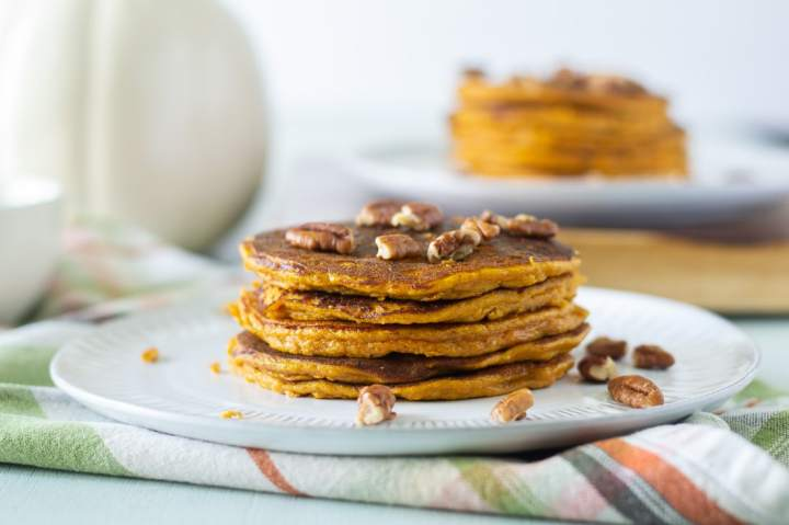 Paleo Pumkin Spice Pancakes that are grain free/ gluten free and dairy free. These almond flour pumpkin pancakes are and easy breakfast recipe that is great for meal prep! #pumpkinpancakes #pancakes #grainfreepancake #grainfree #paleo #glutenfreedairyfree
