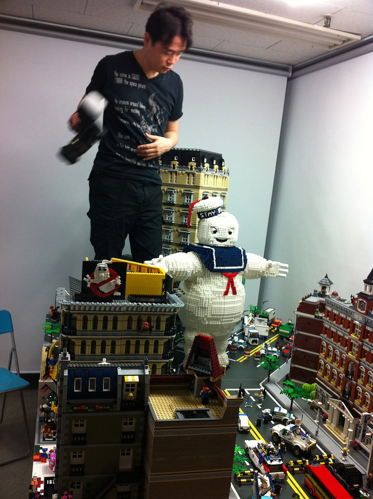 Marshmallow Man Attacks Ghostbusters in LEGO NYC (1)
