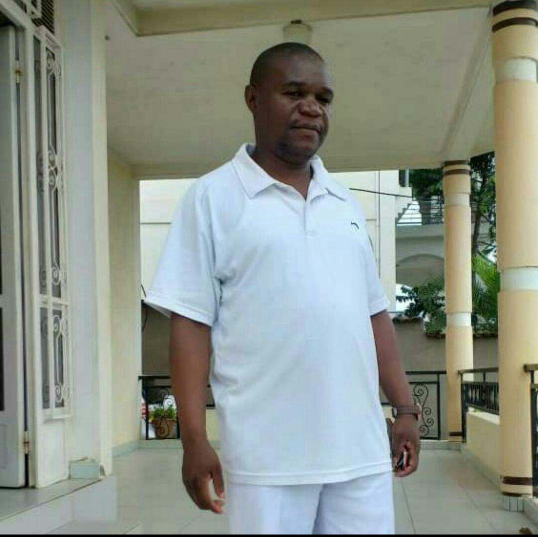 ©Ph FiziMedia, Askofu Amisi Anwema akiwa katika mavazi ya kawaida.