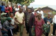 Fizi : Néhémie Mwilanya vole aux secours des habitants du village Kiimino à travers le député provincial Peshi Mtengya