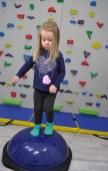 dziewczynka ćwicząca na bosu