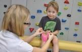 Plastrowanie dynamiczne kolana chłopca