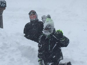 kids-playing-in-the-snow