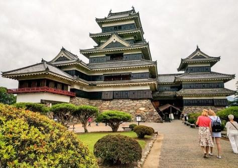 本丸御殿跡を通りながら、松本城天守へ