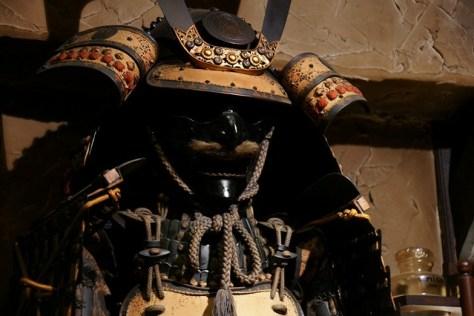 店内に飾られた兜と鎧 「珈琲道場 侍」HPから引用