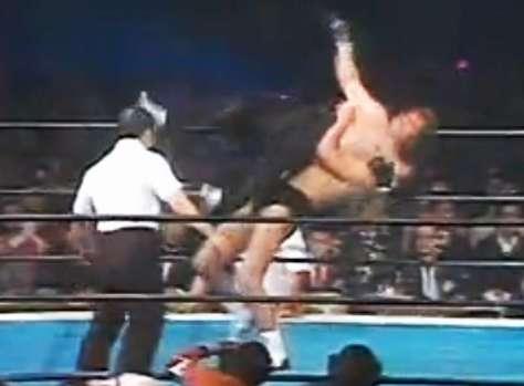 異種格闘技戦でレフトフックデイトンにバックドロップを仕掛けるアントニオ猪木選手(当時)