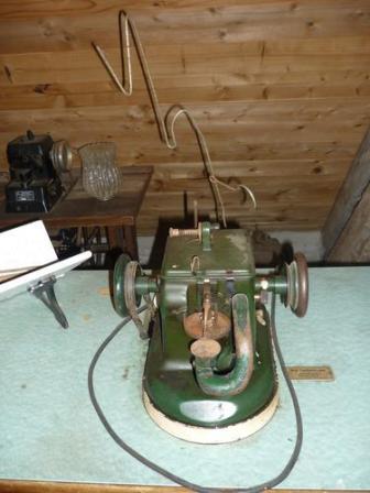 Keine Ahnung, was das ist- eine Nähmaschine fürs grobe vielleicht?