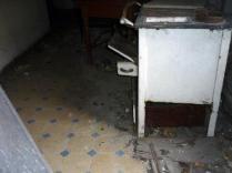 Der Boden! Und da steht noch eine Küchenhexe, einfach so.