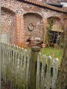 Stell' ich mir toll vor, einen Garten mit alter Mauer zu haben