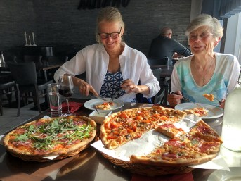 Pizza @Milano with mom and Anne
