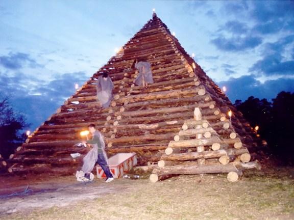 die-pyramide-ist-geplündert