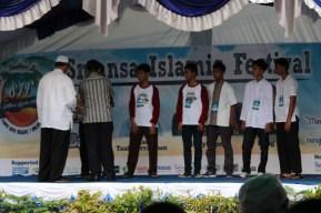 Penyerahan piala kepada perwakilan pemenang
