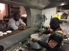 V. l. Benjamin und Hubert beim Kochen