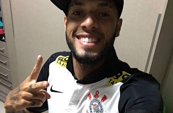 Paulinho aparece em foto com a camisa do Corinthians